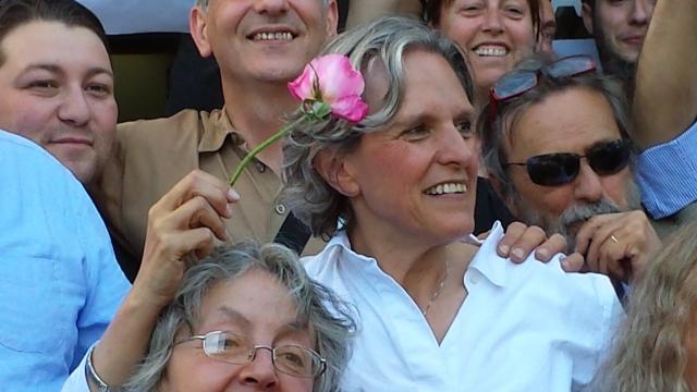 Anna Ravoni neo sindaco di Fiesole stringe una rosa del giardino fiesolano di Diana Baylon