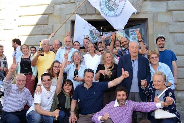Anna Ravoni neo sindaco di Fiesole, accanto al marito Renzo a destra e alla piccola folla di consiglieri, assessori ed elettori che festeggiano la sua vittoria, Fiesole 26 maggio 2014, courtesy  fotocronache germogli