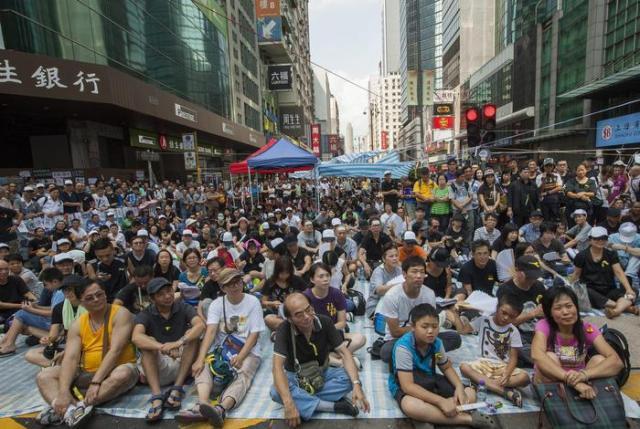 Attivisti per la democrazia occupano le strade di Hong Kong (foto: EPA) RIPRODUZIONE RISERVATA © Copyright ANSA