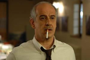 """Toni Servillo è diventato il nuovo emblema dell'arte di cacarsi il cazzo, al grido di """"Ma vafanculo 'sta cretina!"""""""