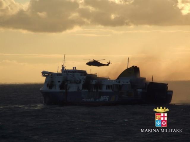 elicotteri in soccorso dei passeggeri del traghetto Norman Atlantic