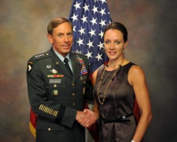l'ex direttore CIA David Petreaus con la sua biografa & amante Paula Broadwell